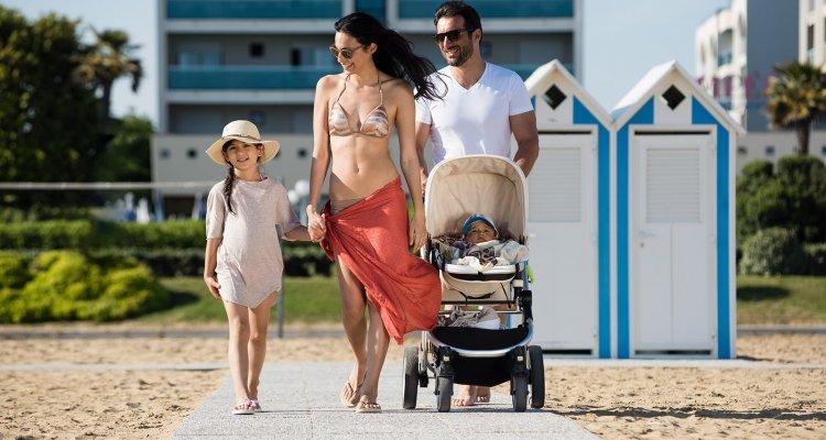 famiglia in spiaggia 32676